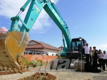 Ahmad Faizal (kiri) menyempurnakan majlis Pecah Tanah Rumah Mesra Milik kerjasama projek antara Perbadanan Menteri Besar (MB Inc) dengan MK Land Holdings Berhad di Mukim Teja, Jalan Gopeng.