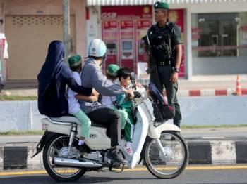 Polis berkawal di sebatang jalan susulan keganasan terbaharu di Yala.