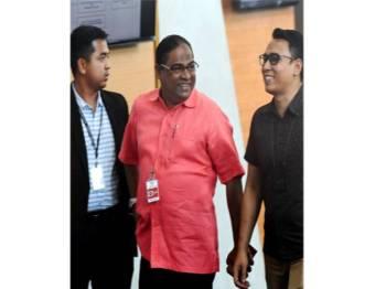 Azeez (tengah) yang juga bekas Pengerusi Tabung Haji tiba ke ibu pejabat Suruhanjaya Pencegahan Rasuah (SPRM) hari ini untuk membantu melengkapkan siasatan kes. - Foto Bernama