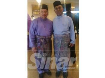 Dari kanan Ismail dan Mohamed Arifin di Dewan Mulia Istana Abu Bakar