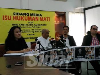 Bekas Ketua Polis Negara, Tan Sri Abdul Rahim Noor bercakap kepada pemberita pada sidang media di ibu negara, hari ini.