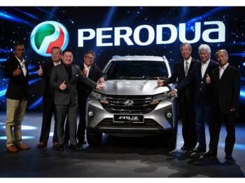 Menteri Perdagangan Antarabangsa dan Industri, Datuk Ignatius Darell Leiking (tiga, kiri) melancarkan Perodua Aruz di Pusat Pameran dan Perdagangan Antarabangsa Malaysia (MITEC), hari ini. - Foto Bernama