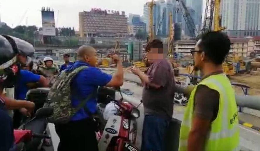Pemandu dikerumuni orang awam yang mengejarnya selepas memandu dalam keadaan bahaya sehingga menyebabkan kemalangan.