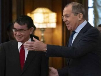Lavrov (kanan) bertemu Kono di Moscow, kelmarin. - Foto AP