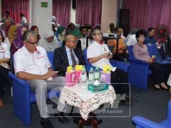 Sesi dialog bersama tetamu itu diadakan sempena lawatan kerja Dr Boon Chye ke Klinik Kesihatan Serendah.