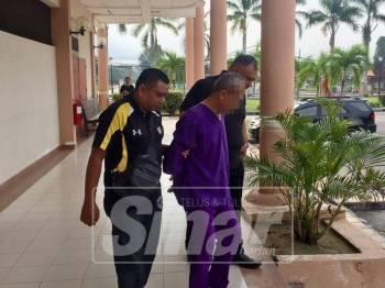 Suspek di bawa keluar dari mahkamah selepas mendapat perintah reman.