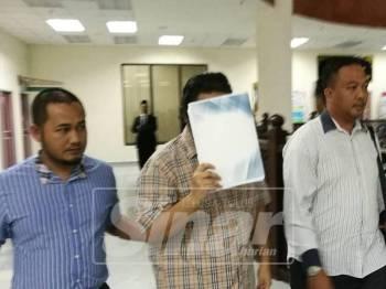 Tertuduh, Mohd Luqman, 29, mengaku tidak bersalah atas tuduhan menjadi bapa ayam ketika di hadapkan ke Mahkamah Tinggi Syariah Kuala Terengganu hari ini.
