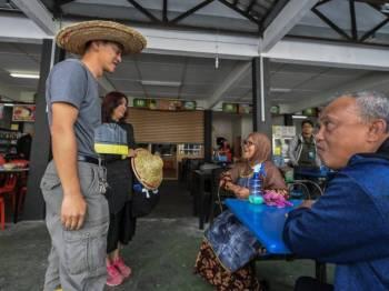 Calon Bebas bagi Pilihan Raya Kecil (PRK) Cameron Highlands Wong Seng Yee (kiri) beramah mesra bersama orang ramai di sekitar Pekan Tanah Rata semasa tempoh berkempen bagi PRK itu hari ini. - Foto Bernama