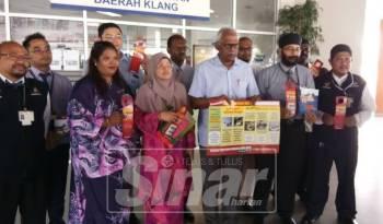 Charles (tiga, kanan) menunjukkan risalah berkaitan denggi selepas hadir bertemu pegawai kesihatan daerah di Pejabat Kesihatan Daerah (PKD) Klang di Bandar Botanik, hari ini. Turut kelihatan, Dr Masitah (tiga, kiri).