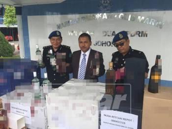 Mohd Yusoff menunjukkan antara minuman keras tidak bercukai yang dirampas
