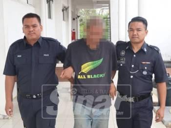 Tertuduh dibawa polis selepas selesai prosiding di Mahkamah Sesyen Segamat.