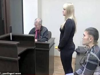 Shakur (kanan) melamar kekasihnya dalam kamar mahkamah.