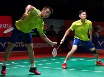 Pemain beregu lelaki negara Goh V Shem (kiri) dan Tan Wee Kiong (kanan) beraksi menentang lawannya dari China Di Zijian dan Wang Chang pada Kejohanan Perodua Malaysia Masters 2019 di Axiata Arena Kuala Lumpur Sports City, Bukit Jalil.