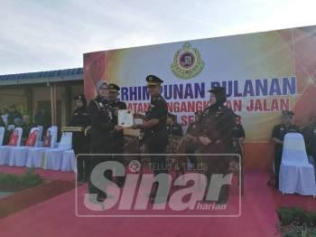 Nazli menyampaikan sijil penghargaan kepada agensi setempat sempena Perhimpunan Bulanan JPJ Negeri Selangor di Dewan Setia, JPJ Selangor, di sini, hari ini.