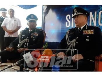 Wan Ahmad Najmuddin (kanan) ketika sidang media selepas menyempurnakan Majlis Perasmian Balai Polis Bayu Damai, hari ini.