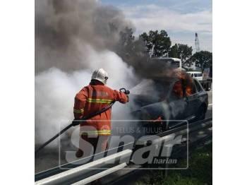 Anggota bomba membantu memadamkan kebakaran yang melibatkan sebuah kereta mewah di sini pagi tadi.