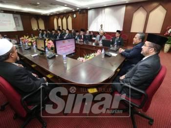 Wan Mohd Zakri (kanan) bersama Yahaya (dua, kanan) ketika hadir dalam pertemuan di JKST, di sini, semalam.