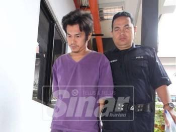Tertuduh (kanan) dikawal polis keluar dari mahkamah selepas dihukum.