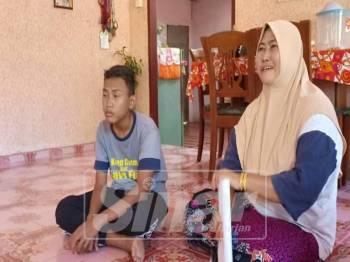 Rohaya bersama anaknya di kediaman mereka di Kampung Pulau Nyior, Yan.