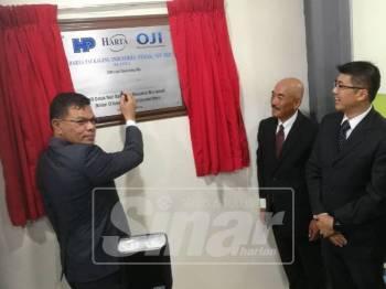 Saifuddin (kiri) menyempurnakan perasmian pembukaan kilang kedua syarikat HPI (Perak Resources Berhad di Parit Buntar hari ini.