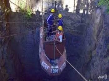 Pasukan penyelamat menuruni lombong ketika operasi menyelamat di Meghalaya pada 30 Disember lalu. - Foto AFP