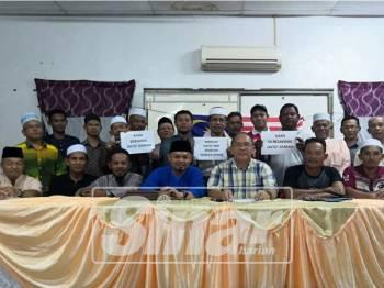 Zulkifly (tengah) pada sidang media menyatakan sokongan terhadap Menteri Besar di Kampung Permatang Sepam Benut.