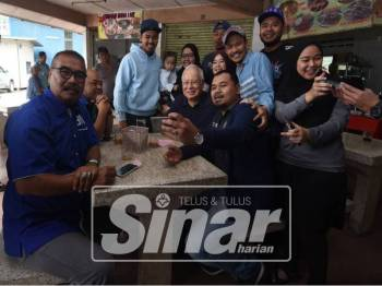Najib bergambar kenangan bersama masyarakat di Cameron Highlands. - Foto Sinar Harian/SHARIFUDIN ABDUL RAHIM