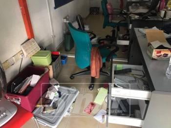 Keadaan pejabat Sinar Harian berselerak setelah dipecah masuk awal pagi, hari ini.