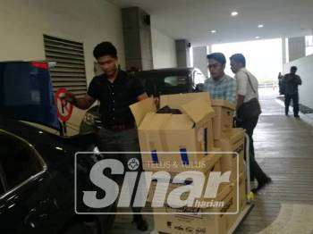 Kotak yang mengandungi dokumen telah dirampas SPRM dari pejabat SSM bagi membantu siasatan.