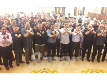 Ahmad Shapawi dan Mohd Khuzzan bersama antara mereka yang terlibat dengan Bengkel Penyelarasan Jawatankuasa Sukma XX Johor 2020 di Kota Iskandar.