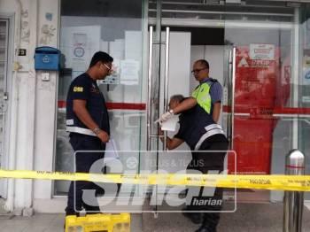 Pasukan forensik polis menjalankan siasatan di lokasi kejadian.