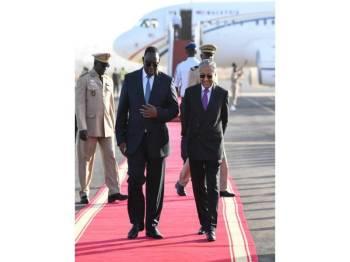 Perdana Menteri Tun Dr Mahathir Mohamad disambut Presiden Senegal, Macky Sall (kiri) ketika tiba di Lapangan Terbang Leopold Sedar Senghor di sini pada Rabu. Perdana Menteri Tun Dr Mahathir Mohamad akan mengetuai delegasi Malaysia ke Third International Conference on the Emergence of Africa (ICEA) yang dijadualkan berlansung pada 17 Januari. - Foto Bernama