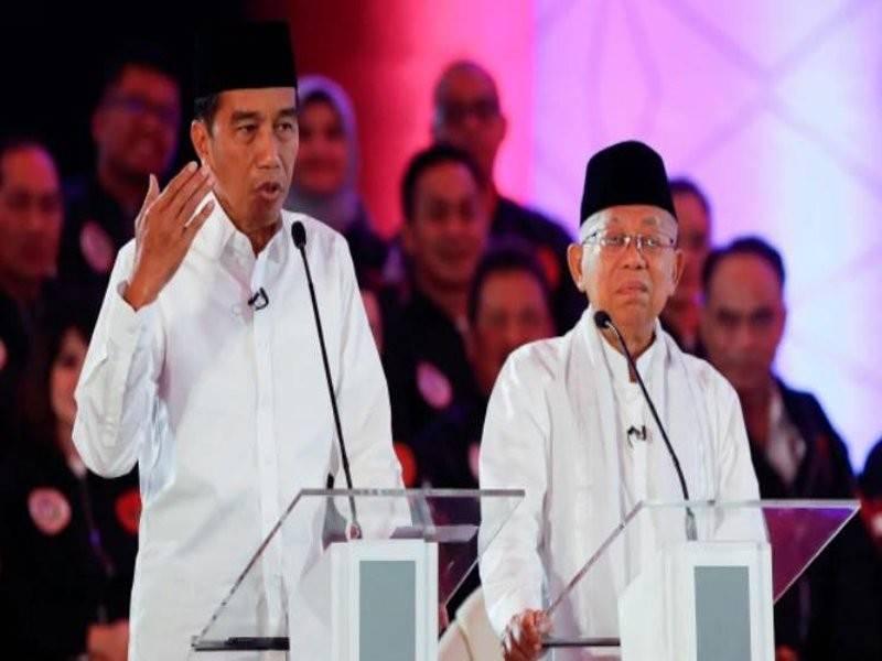 Widodo (kiri) bersama pasangannya Ma'ruf Amin berucap semasa perdebatan di kalangan calon di Jakarta, Indonesia. - Foto EPA
