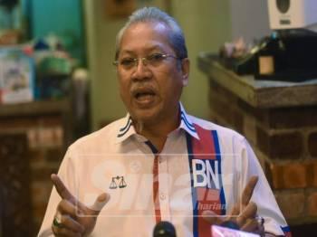 Setiausaha Agung UMNO, Tan Sri Annuar Musa bercakap pada media di sidang media di Restoran Bunda Tanah Rata mengenai isu SPR yang hanya mempunyai seorang ahli jawatankuasa SPR iaitu Pengerusi SPR, Azhar Harun dan tempoh mengundi yang pendek di sesetengah kawasan. Foto: SHARIFUDIN ABDUL RAHIM