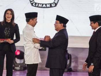 Prabowo (dua kanan) bersalaman dengan Jokowi pada penutup debat perdana Pilpres 2019 di Jakarta, semalam.