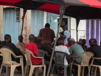 Ahli keluarga dan rakan-rakan berkumpul di kediaman ibu-bapa mangsa di Accra.