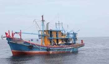 Dua buah bot nelayan yang dirampas dari lapan nelayan warga asing semalam.