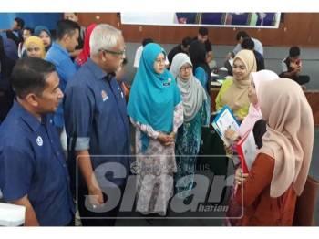 Dari kiri: Zamri, Mahfuz dan Dr Salmee sempat beramah mesra dengan golongan belia yang hadir pada Program Kerjaya Dun Suka Menanti di Dewan Kelab Kilat TNB, Mergong, hari ini.