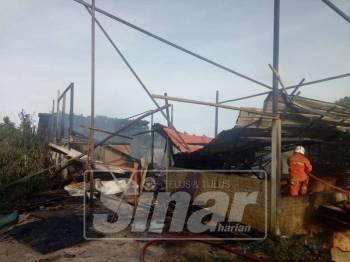 Anggota Bomba sedang memadam kebakaran stor perabot di Kampung Chonang Jaya, Gong Badak, Kuala Nerus.