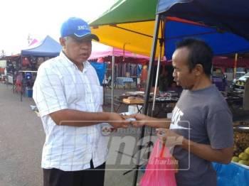 Sallehuddin turut tidak ketinggalan berkempen meraih undi di kawasan tersebut sejak beberapa hari lalu.