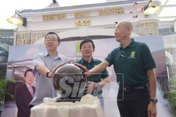 Kon Yeow (tengah), Guan Eng dan Lay Leng (kanan) merasmikan Stesen Bawah Bukit Bendera Pulau Pinang (Fasa 3).