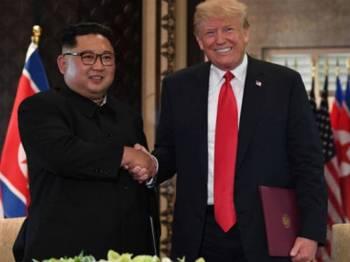 Jong-un dan Trump bertemu dalam sidang kemuncak pertama di Singapura pada tahun lalu.