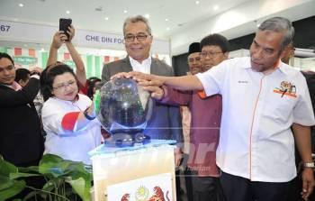Mohd Redzuan (tiga kanan) bersama Timbalan Menterinya, Dr Mohd Hatta Ramli (kanan) pada majlis berkenaan di sini, hari ini.
