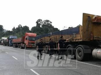 Pemandu lori biji besi sengaja tinggalkan kenderaan mereka di Seksyen 40, Jalan FT36 Kuala Jeneris-Kenyir - Aring 8 bagi elak sekatan jalan raya sempena Ops Tutup Siri 1/ 2019.