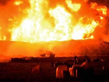 Pasukan bomba berjaya mengawal kebakaran akibat letupan saluran paip haram itu.