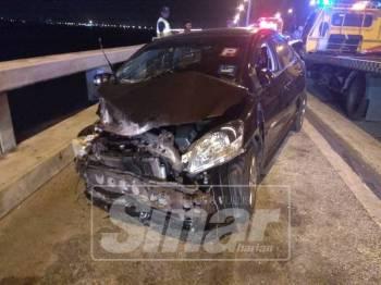 Kereta Toyota Vios yang terlibat dalam kemalangan membabitkan dua kenderaan awal pagi tadi.