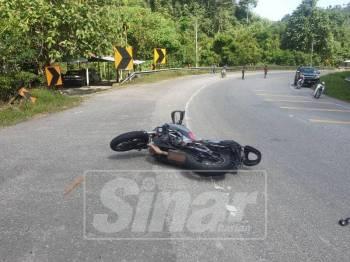 Keadaan motosikal berkuasa tinggi milik mangsa di tengah jalan selepas terbabas.