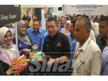 Salahuddin semasa melawat pameran pada Program Keusahawanan dan Pertukaran Memorandum Persefahaman antara Johor Corporation, Lembaga Pemasaran Pertanian Persekutuan dan Lembaga Perindustrian Nanas Malaysia di Galleria@Kotaraya.