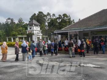 Pengunjung beratur untuk membeli tiket memasuki Taman Agroteknologi Mardi Cameron Highlands. Foto SINAR HARIAN: SHARIFUDIN ABDUL RAHIM