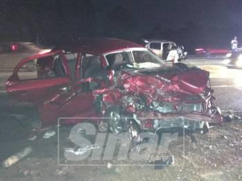 Kereta Proton Saga yang dipandu Mohd Fairuz remuk dalam kemalangan di Lebuh AMJ berhampiran Serkam, malam tadi.